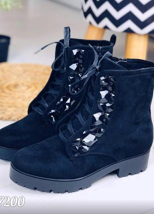 Замшевые осенние ботинки на низком каблуке с камнями,демисезон...
