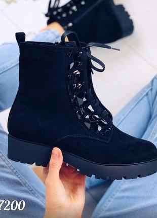 Стильные ботинки деми с камнями