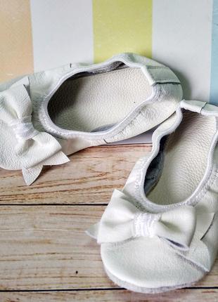 Кожаные белые чешки с бантиками и кошечками