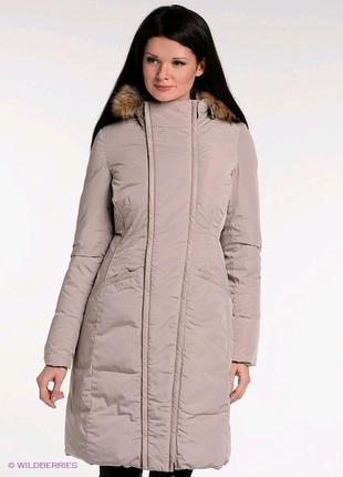 Женское пальто на натуральном пуху с отделкой мехом енота