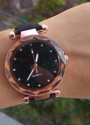 Новые красивые часы с блеском на циферблате, черные