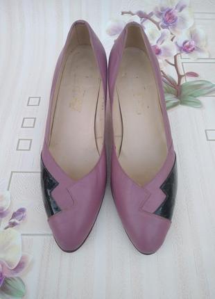 Сиреневые туфельки с лаковыми вставками и металлическими набой...