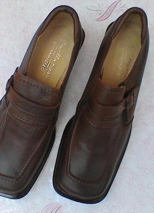 Кожаные добротные туфли на удобном широком каблуке.