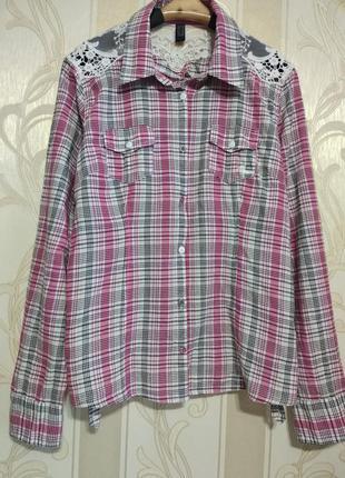 Рубашка с кружевом на плечах.