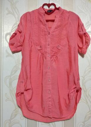 Тоненькая блуза кораллового цвета.