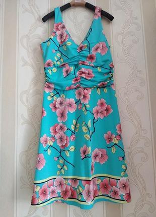 Бирюзовое платье с цветами.
