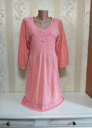 Коралловое натуральное платье с длинным рукавом и кружевом.