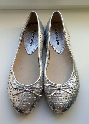 Туфли-балетки серебристого цвета.