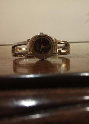 Женские часы на браслете.