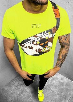 Салатовая футболка мужская с принтом желтая