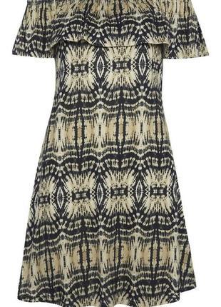 Платье с открытыми плечами с воланом, свободное.