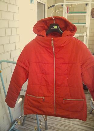 Женская фирменная куртка красного цвета.
