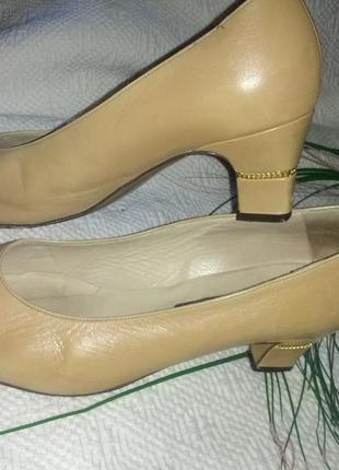 Очень удобные кожаные туфли на устойчивом каблучке,39-39,5разм...