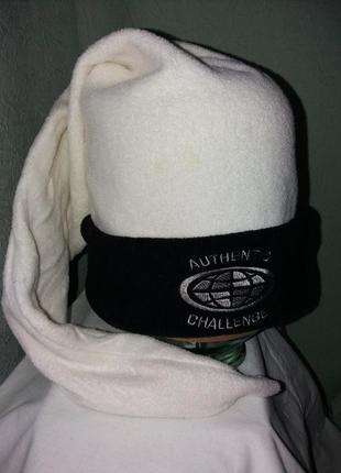 Оригинальная черно-белая шапка-колпак.