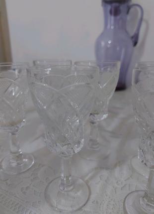 Хрустальные рюмки и стеклянные бокалы