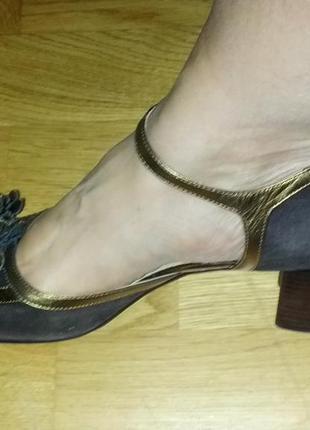 Новые замшевые туфли с кожаным декором под золото,40разм.венгр...