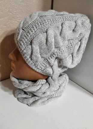 Комплект женская вязаная серая шапка и снуд узор косичка