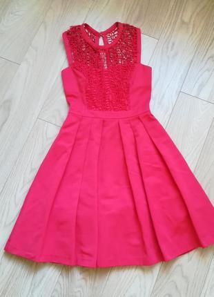 Красивенное красное платье с пышной юбкой