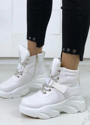 Белые зимние ботинки на платформе