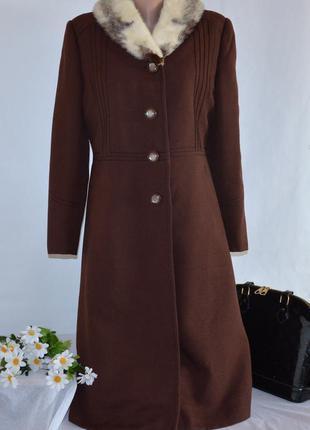 Коричневое демисезонное пальто с карманами натуральный меховой...