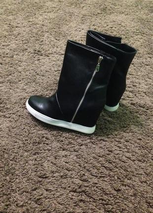 Женские ботинки на скрытой платформе.