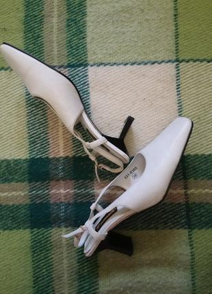 Белые босоножки с прямоугольным носком слингбэки