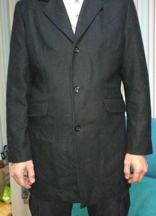 Пальто мужское clockhouse черного цвета.