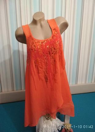 Яркое платье с пайетками кораллового цвета