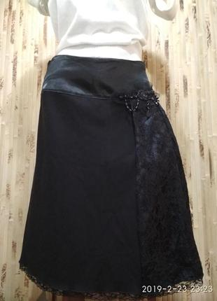 Чёрная классическая юбка с атласным поясом
