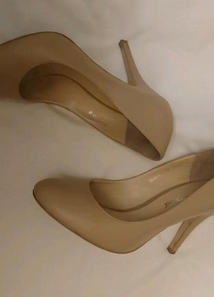 Бежевые кожаные туфли Carlo Pazolini