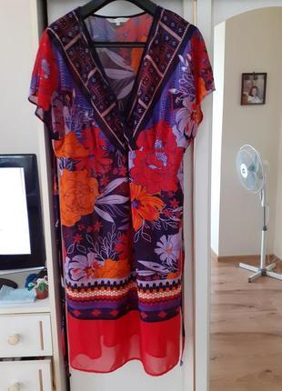 Яркое платье в цветы большого размера