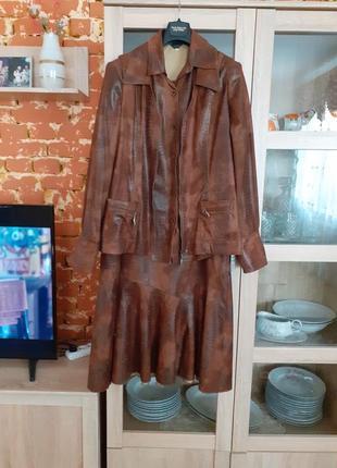 Стильный костюм под кожу тройка с рубашкой, жилетом и юбкой в пол