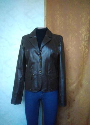 Утепленная натуральная кожаная куртка на заклепках