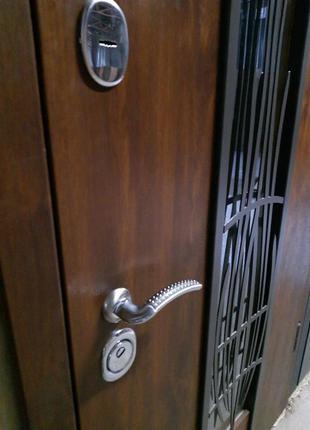 Двери входные с ковкой+стеклопакет