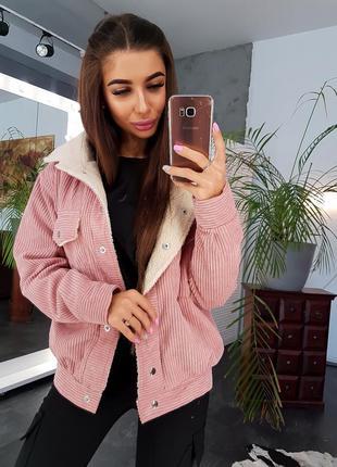 Стильная вельветовая куртка розового цвета с искусственным мехом