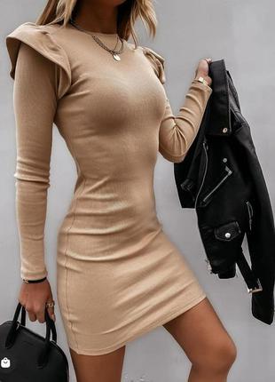 Стильное бежевое трикотажное мини платье