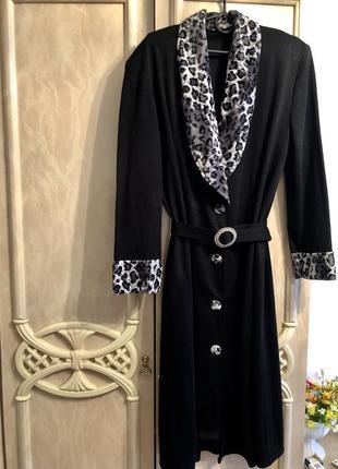 Красивая тёплое платье фактурной ткани модного фасона очень ст...