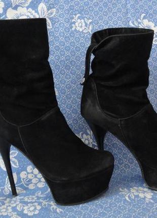 Демисезонные сапоги черного цвета на высоком каблуке 38 размер