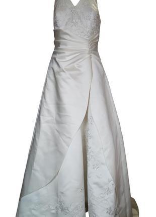 Свадебное атласное бежевого цвета платье со шлейфом