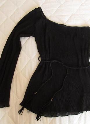 Плиссированная  блуза на одно плечо с длинным рукавом