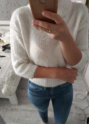 Красивый стильный свитер с актуальным воротником