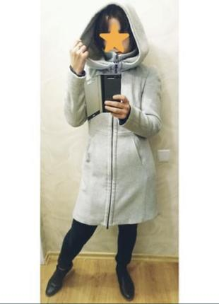 Серое шерстяное пальто zara с капюшоном
