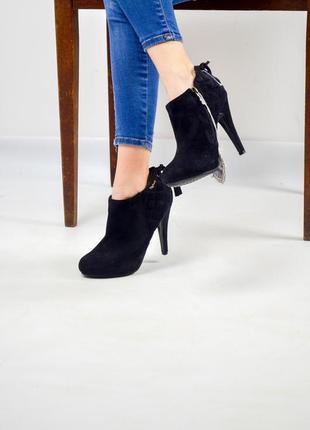 Ботинки 37 (23,5 см) на каблуке под замшу со стеганным декором...