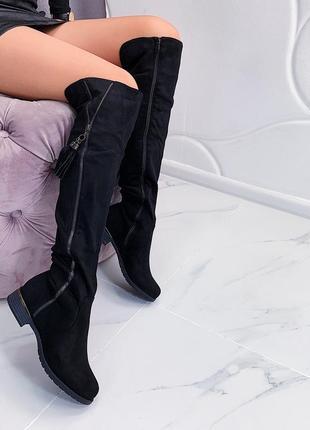 Замшевые сапоги ботфорты на низком каблуке.