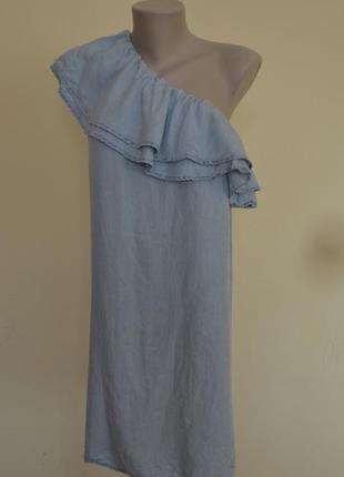 Стильное фирменное платье на одно плечо с воланом под джинс