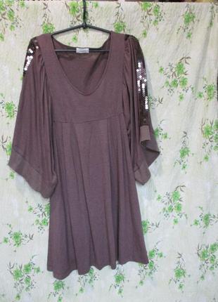 Оригинальное трикотажное платье с широким рукавом и пайетками