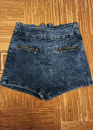 Синие джинсовые шорты сзади на змейке  Bershka