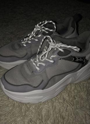 Кроссовки bershka со светоотражающими шнурками