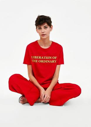 Красная футболка принт-слоган