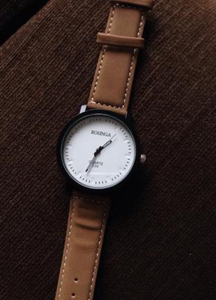 Стильные часы с белым циферблатом